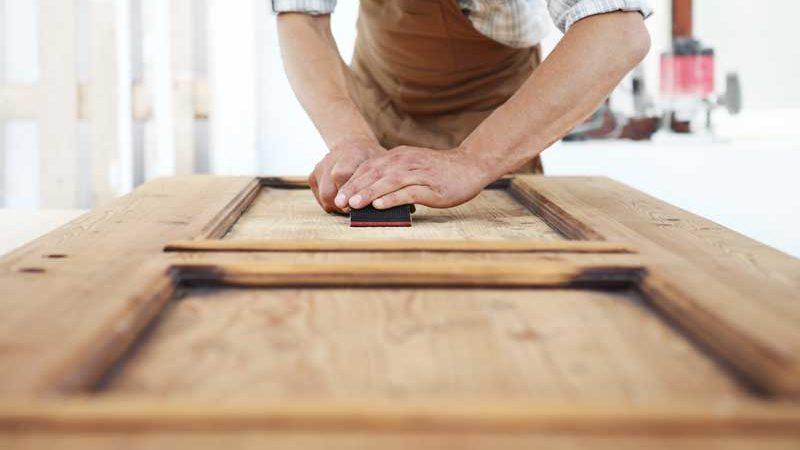 Lack oder Folie – mit einfachen Mitteln zu frisch renovierten Innentüren