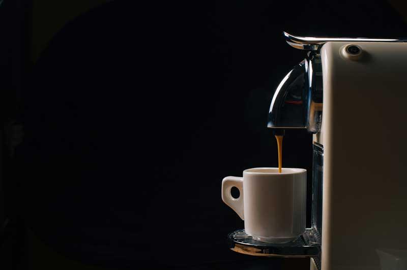 Vor- und Nachteile eines Kaffeevollautomaten im Wohnzimmer