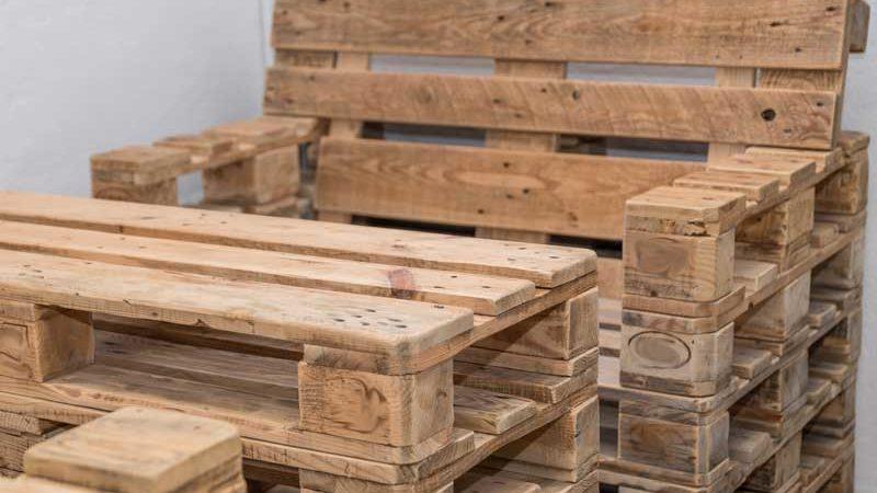 Stuhl mit Armlehne aus Europaletten selbst herstellen – So gehts!