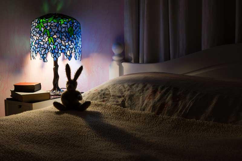 Tiffany-Lampe am Bett